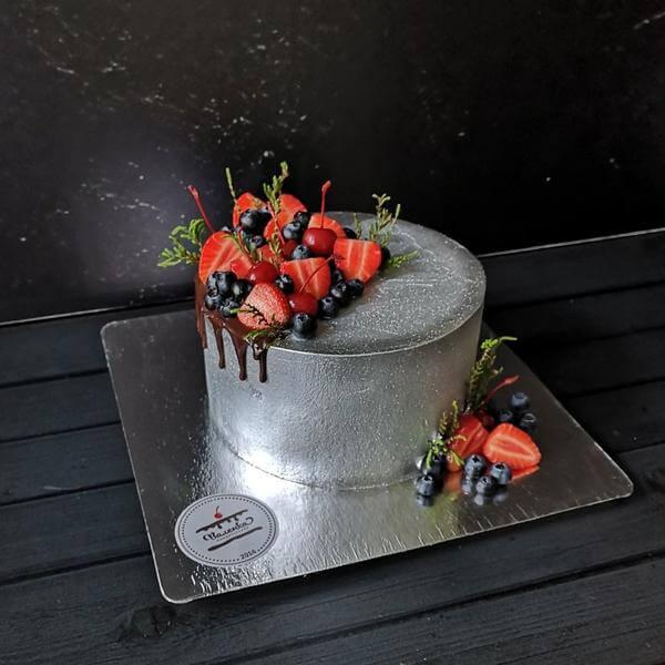 Торт с ягодами в серебре
