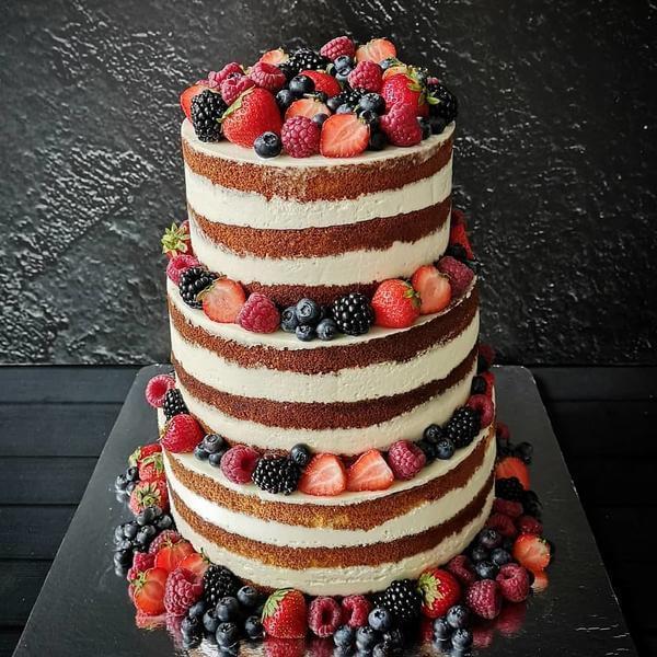 Торт голый с ягодами