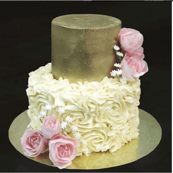 Двухъярусный торт с цветами