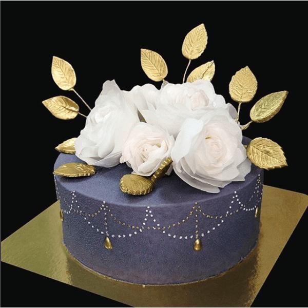Элегантный торт с золотыми листьями и вафельными цветами