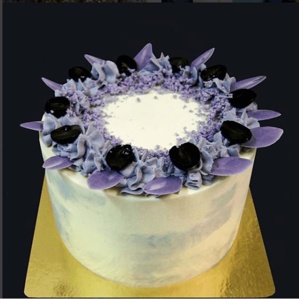 Элегантный торт в фиолетовых тонах