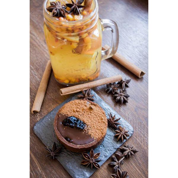 Пирожное корзиночка шоколадная с черносливом